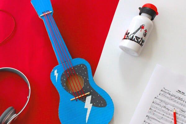 Ukelele de cart n for Guitarras para ninos casa amarilla