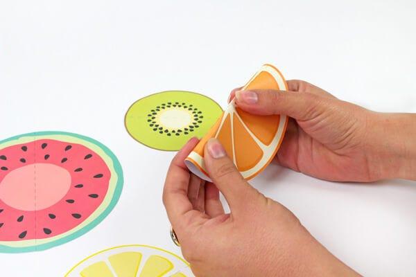 Tarjetas de invitación en forma de fruta.