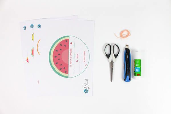Taller para hacer invitaciones divertidas en forma de frutas.