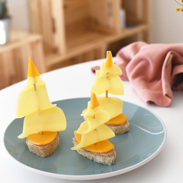 Un bocadillo divertido en forma de barco para el almuerzo de los niños...