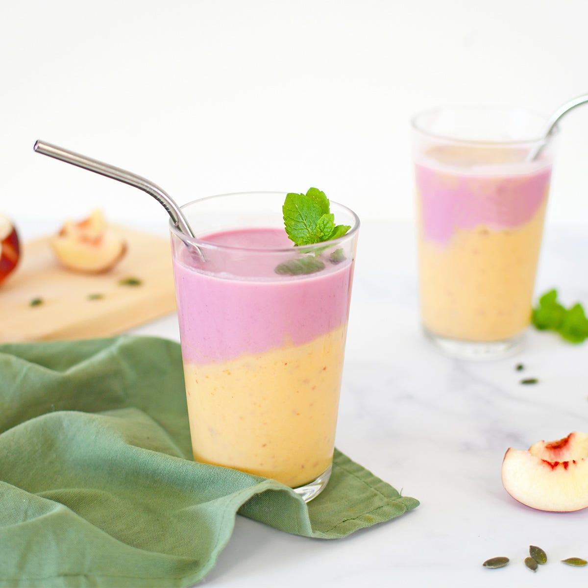 No te quedes con las ganas de beber una bebida refrescante y buena para la salud con nuestro smoothie con melotocones y arándanos.