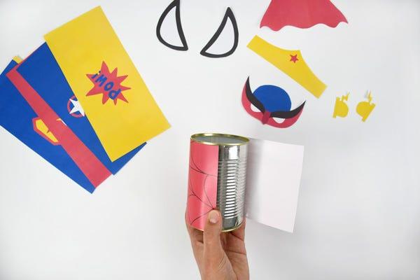 realiza rápidamente unos botes para lápices sobre el tema de los superhéroes con unos frascos.